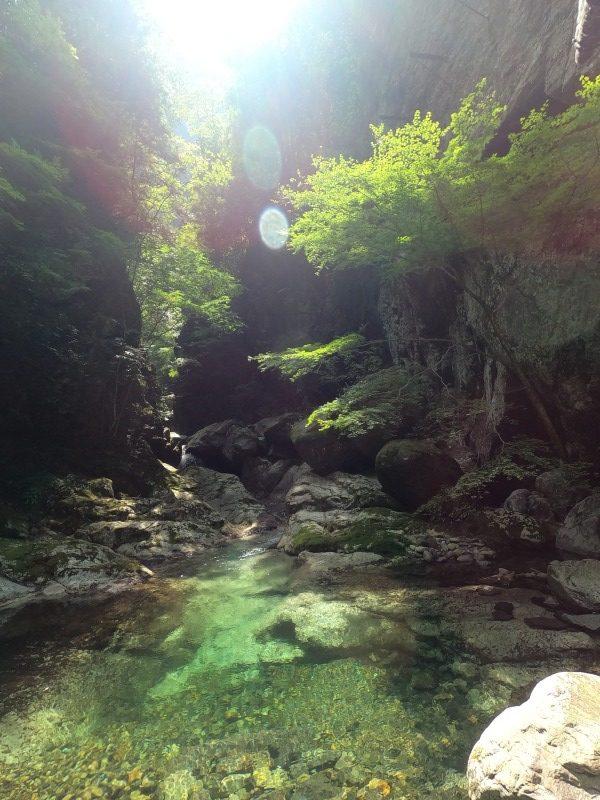 鞍瀬渓谷の核心部の一つ、澄んだ流れと石鎚山系の切り立った岩壁が爽快な景色。